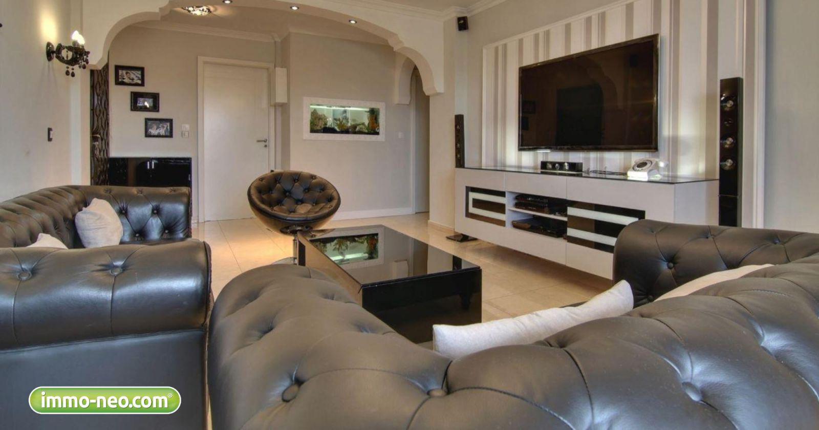 Quattro salotti immo neo con mega tv per guardare italia for Immagini case antiche interni